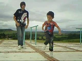 Мальчик танцует Драм-степ с профессионалом.